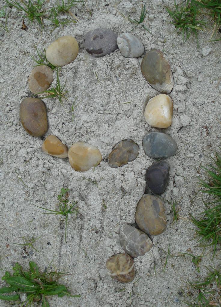 Tallet 9 sat med sten på stranden